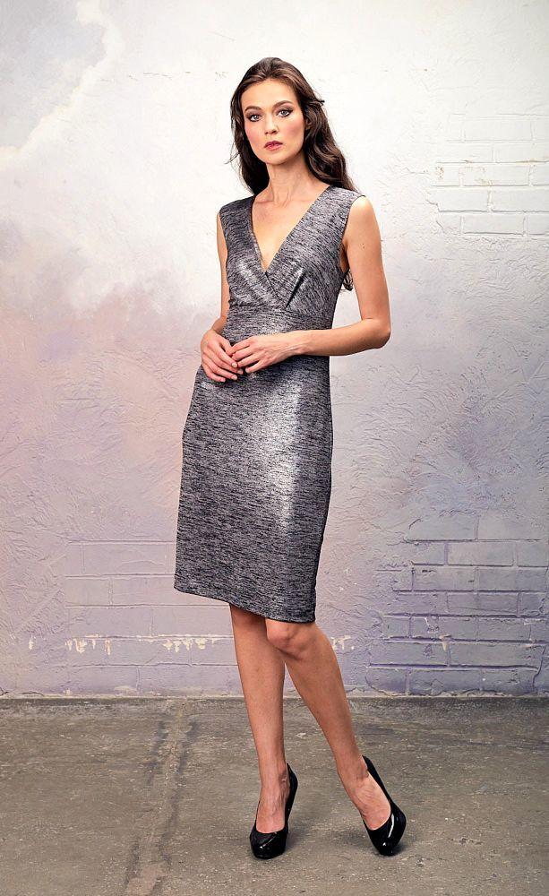 Платье З343а-454 - Потрясающий комплект из трикотажного платья-футляра с глиттерным напылением и асимметричного длинного кардигана из трикотажа крупной вязки с эффектом кольчуги. Обе вещи можно носить вместе и по-отдельности. Это истинно дизайнерская вещь, которая сразу привлечет к вам внимание окружающих.