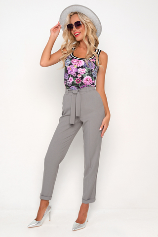 <p>Хит сезона! Брюки свободного кроя с карманами. Талия на резинке с поясом. Эти брюки можно носить куда угодно и когда Вам удобно. В этом сезоне они гораздо уместнее джинс.&nbsp;</p>