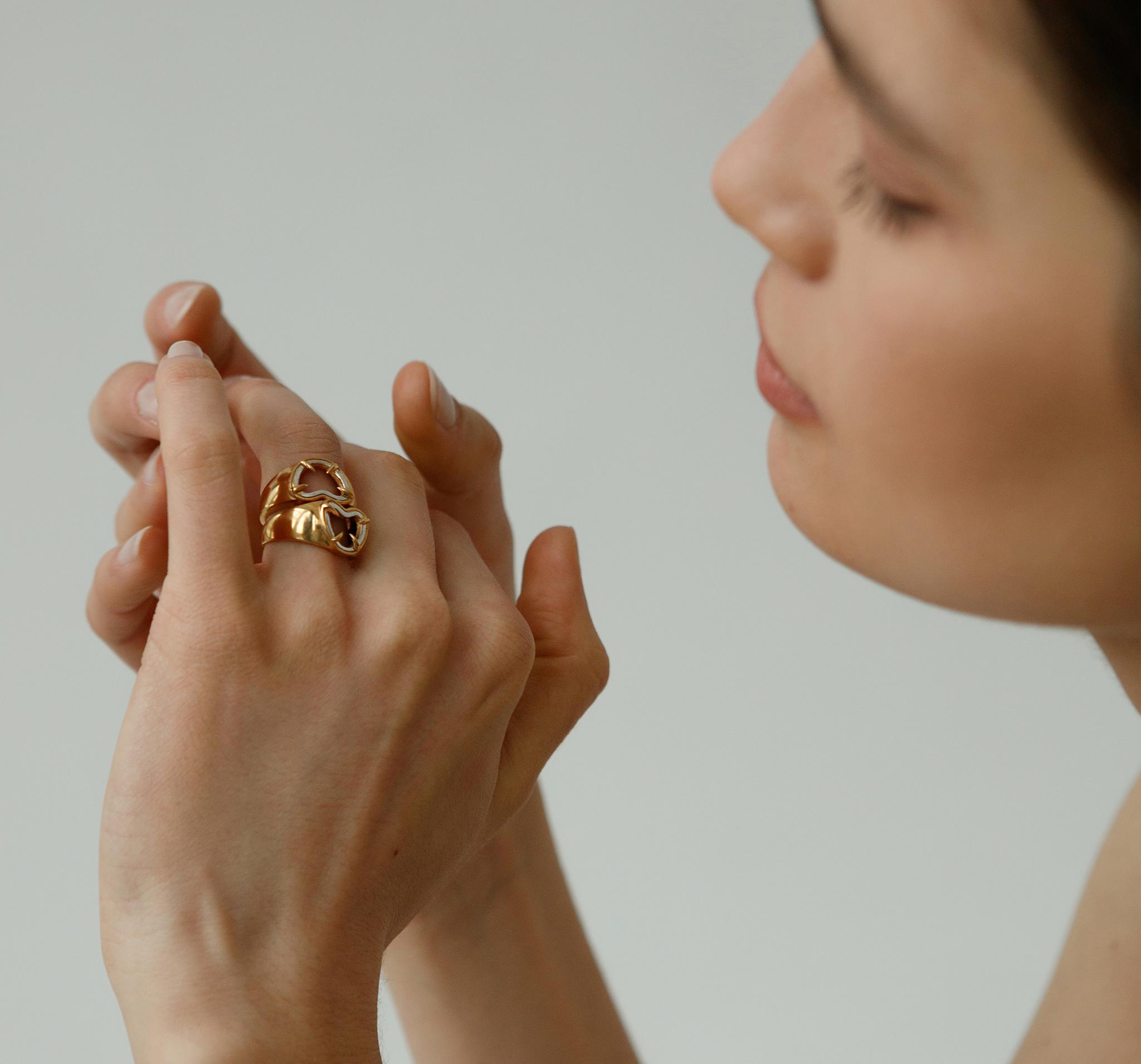 Стильное кольцо из серебра с позолотой в виде сердца