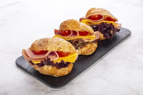 Сэндвич-шукет с ветчиной и сыром