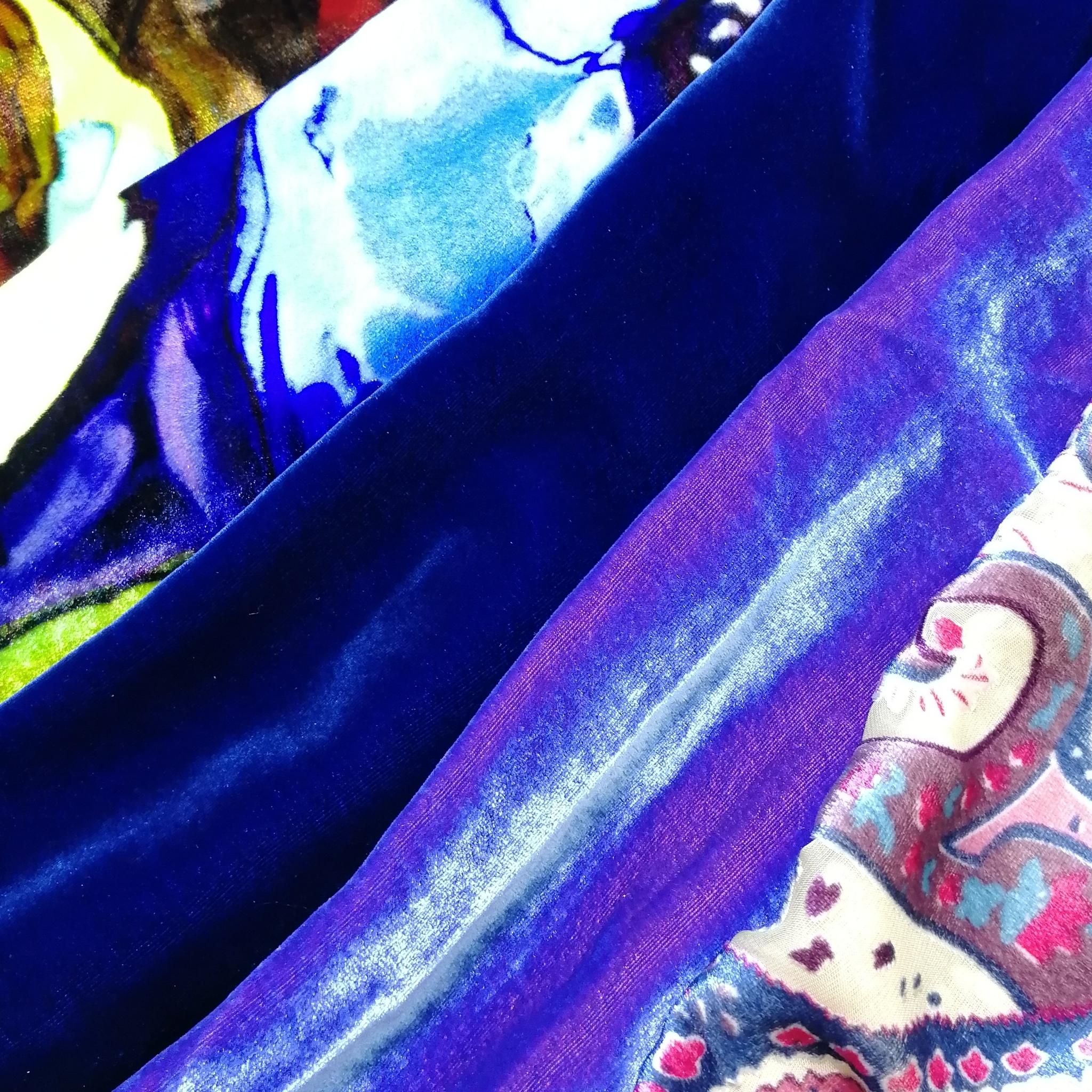 Вискозно-шелковый бархат-хамелеон голубого цвета с сиреневым отливом