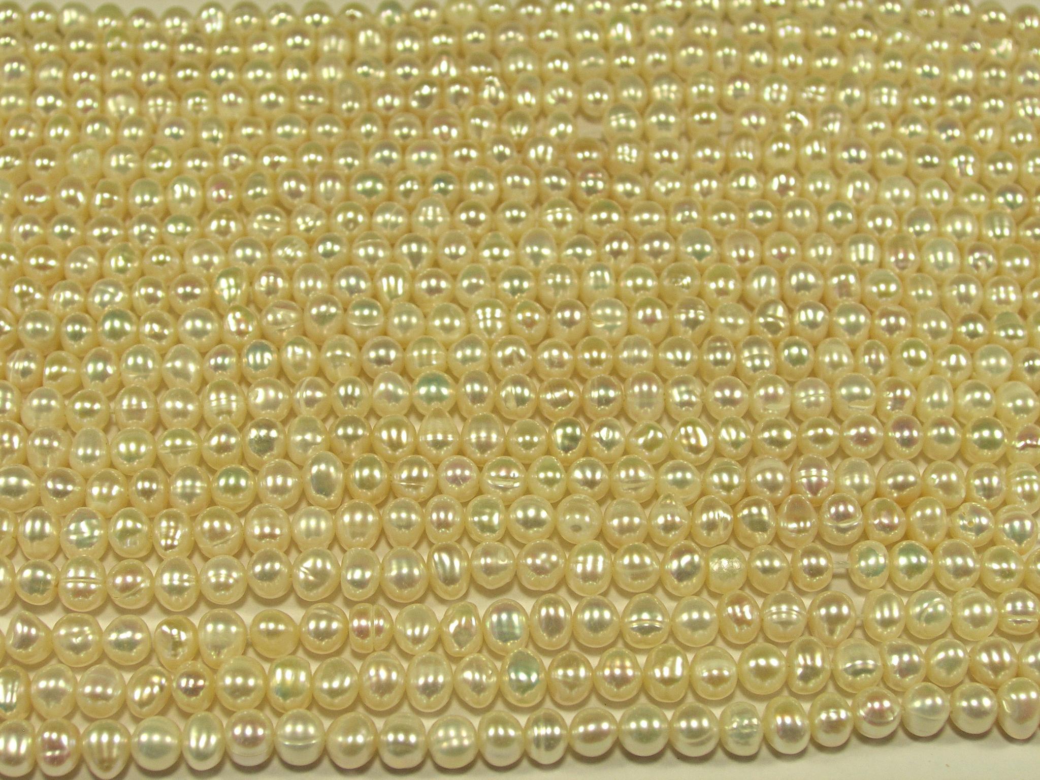 Нити бусин из жемчуга пресноводного культивированного, шар гладкий 4-5 мм (оптом)