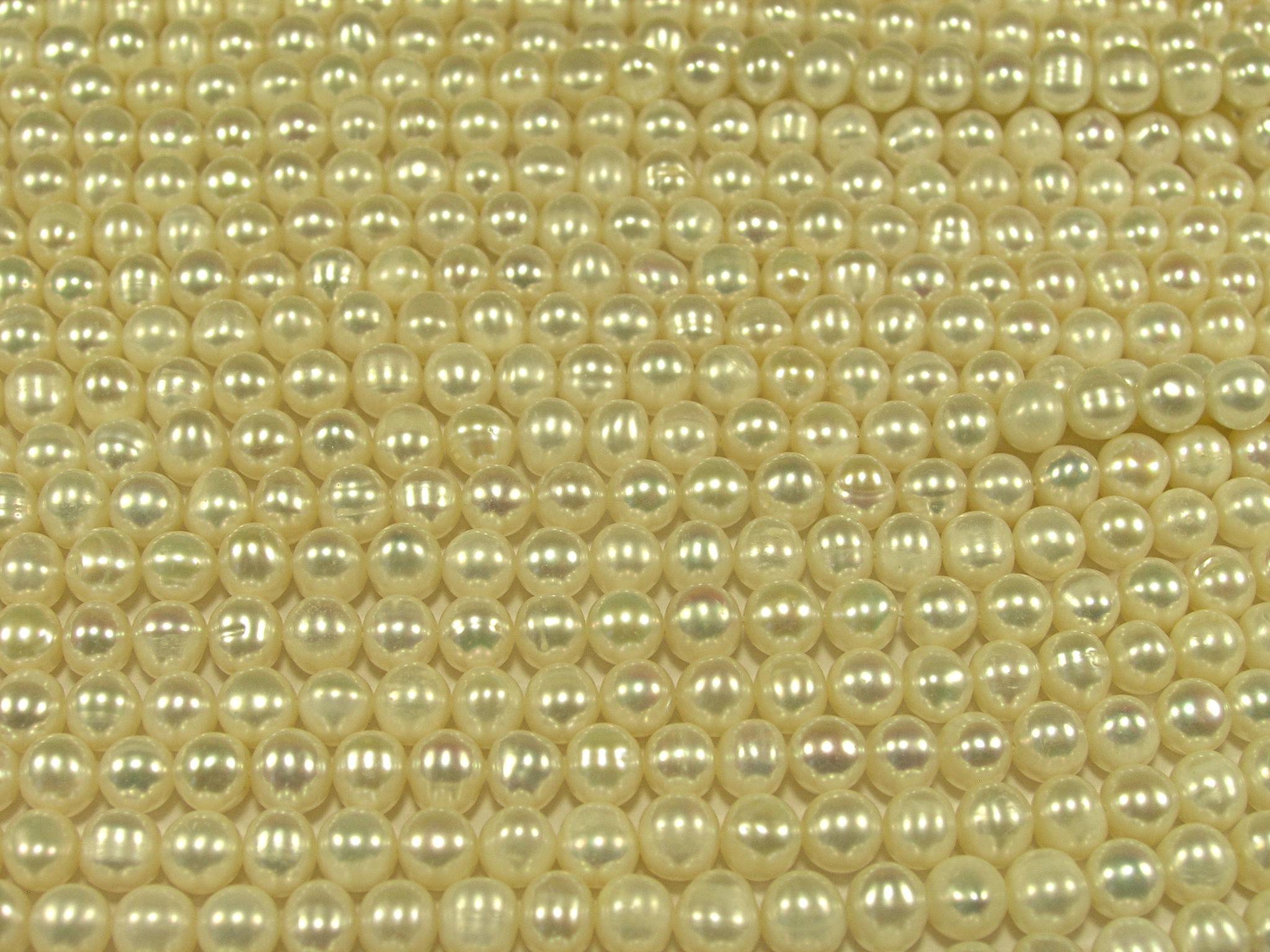 Нити бусин из жемчуга пресноводного культивированного, шар гладкий 5-6 мм (оптом)