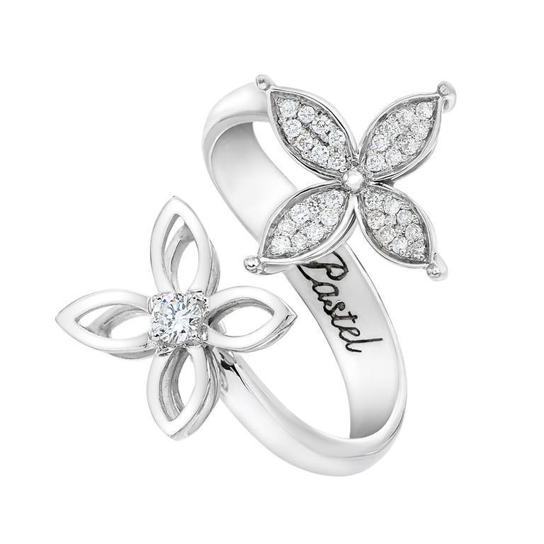 Flower bypass ring in white gold with diamonds