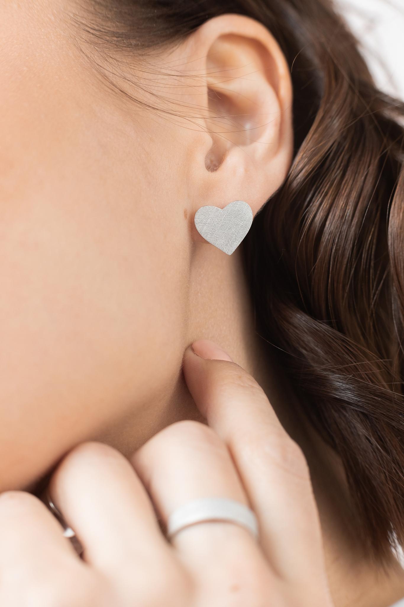 Серебряные сатиновые серьги-пусеты «Сердце»