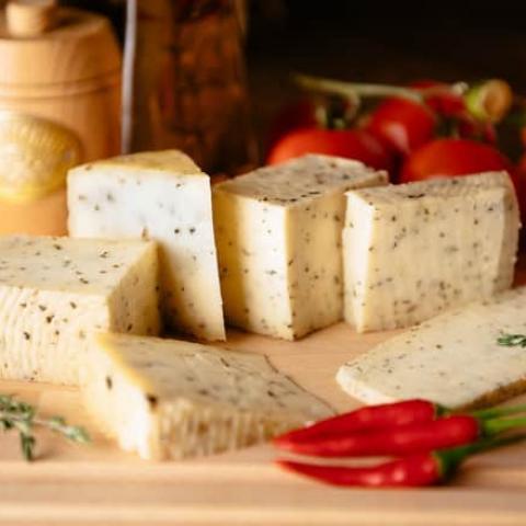 Фотография Козий сыр полутвердый «Летний с пажитником» / 200 гр купить в магазине Афлора