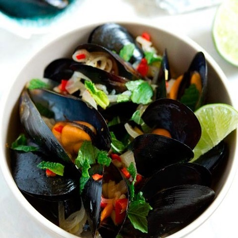 https://static-sl.insales.ru/images/products/1/1689/37570201/mussels_lemongrass_chili_sauce.jpg