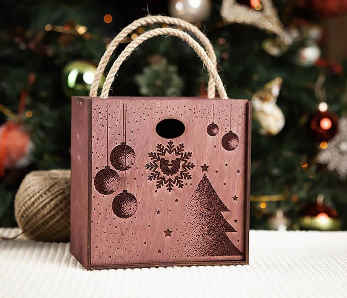 BOX201-3 Фирменная новогодняя коробка с ручками (17*17*10 см)