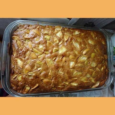 Бисквит с яблоками и пряностями