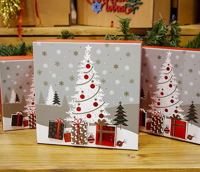 BOX262-3 Новогодняя коробка «Подарки под елкой» (20*20*9 см)