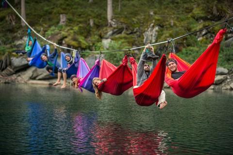 Лагерь гамаков прямо над водой.