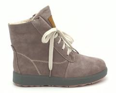 Зимние ботинки пудрового цвета из натурального велюра на белой шнуровке