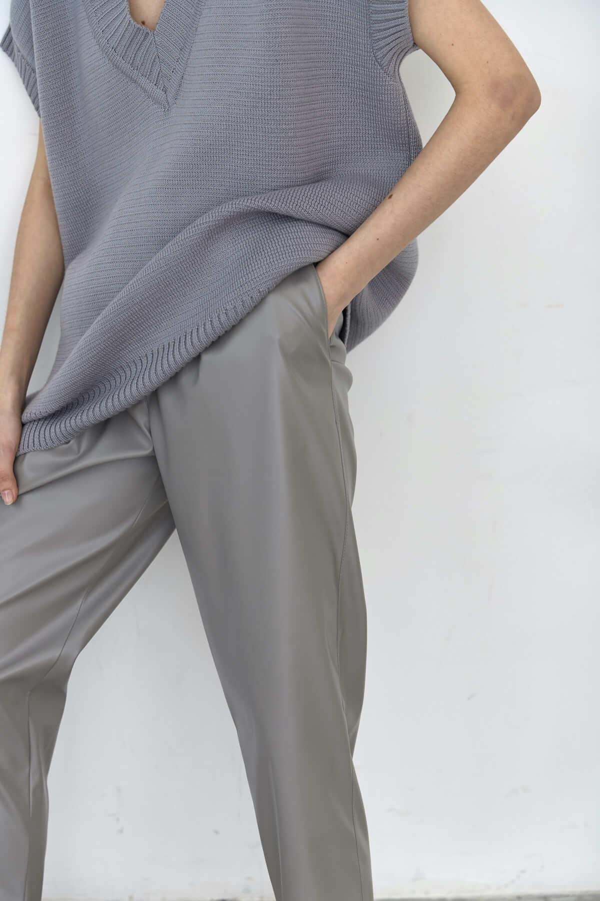 Брюки-дудочки с защипами, экокожа серый