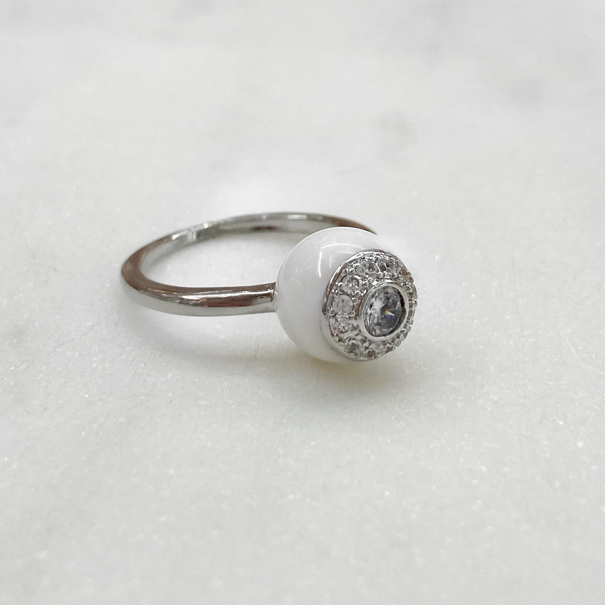 Кольцо Керамика с вставкой-розеткой белый (цирконы, сталь)