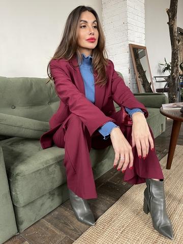 Пиджак двубортный прямого кроя, слегка приталенный с отделкой на рукавах