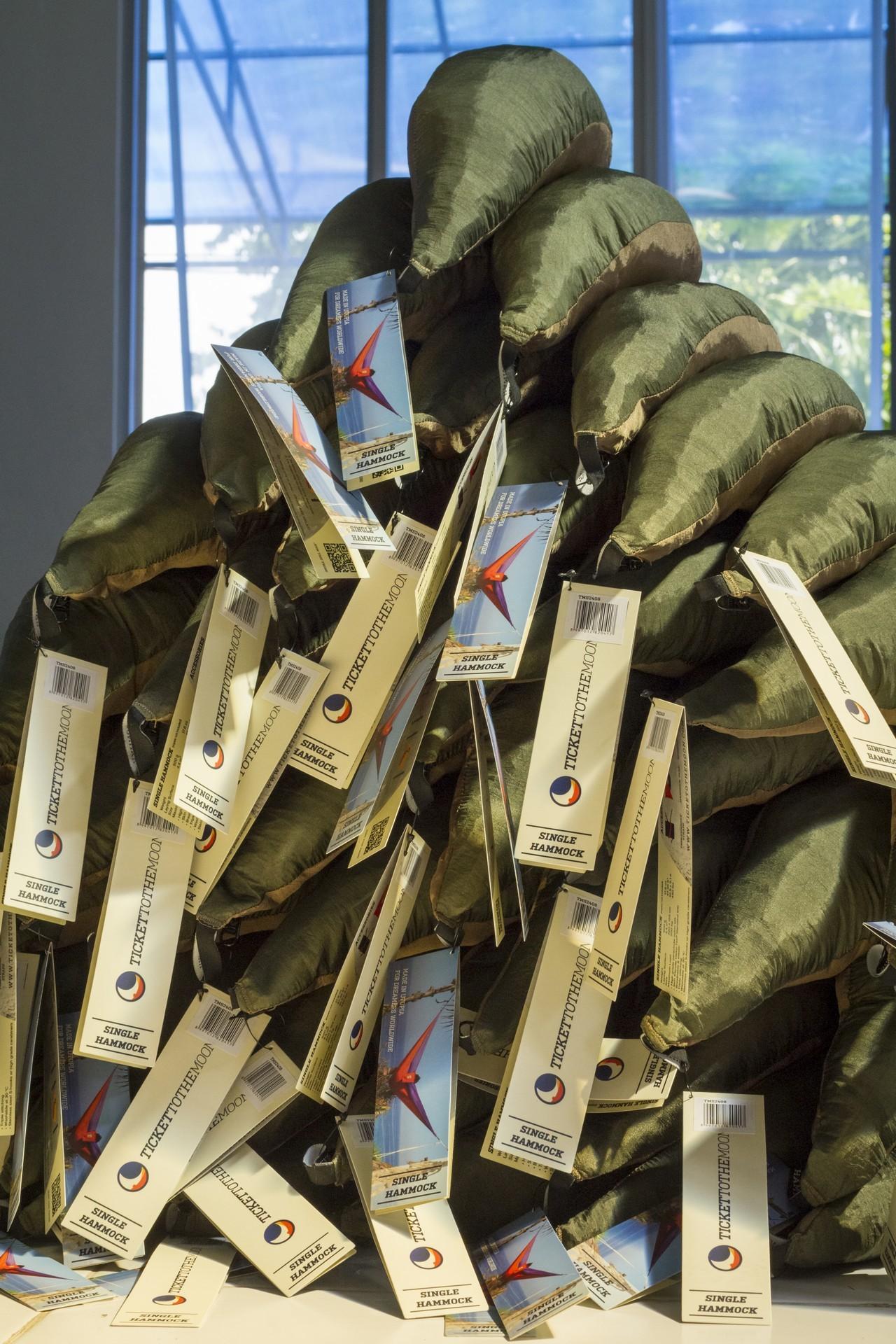 Гамаки в компактной упаковке на фабрике гамаков.