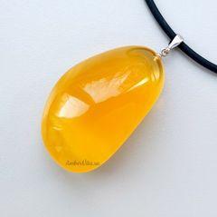 подвеская из крупного янтаря, жёлтый янтарь, фото