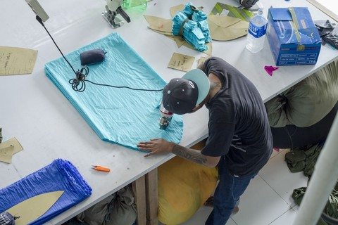 Рабочий на фабрике гамаков.