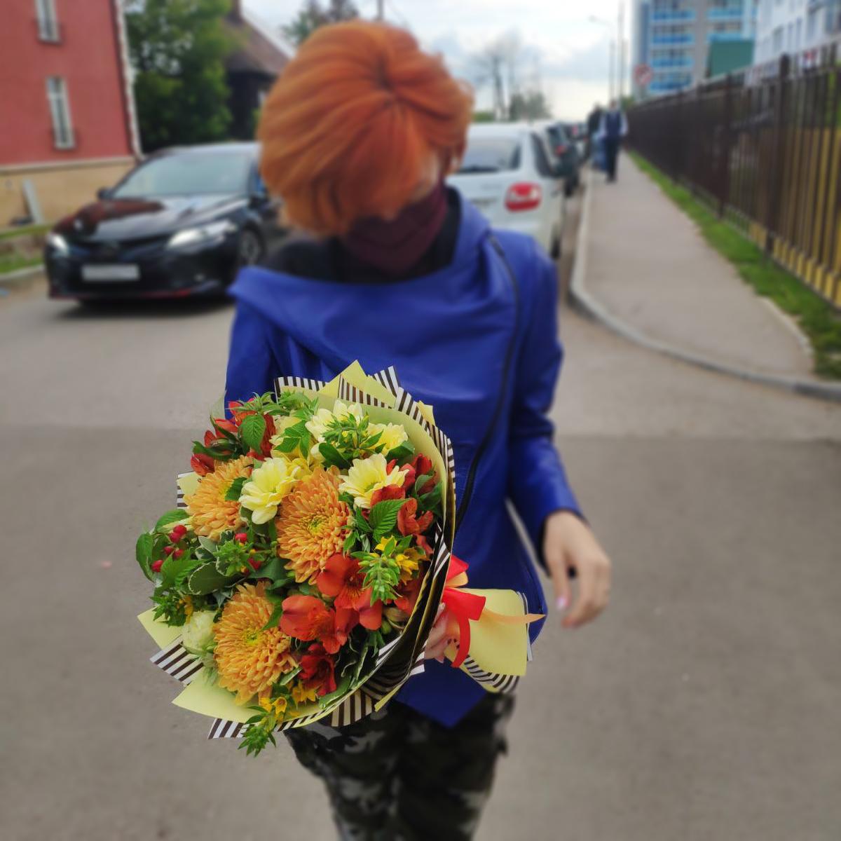 Купить яркий позитивный букет с золотыми хризантемами роза кустовая альстромерия Пермь