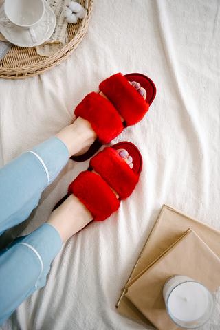 Меховые тапочки алые с параллельными шлейками и текстильной стелькой красной