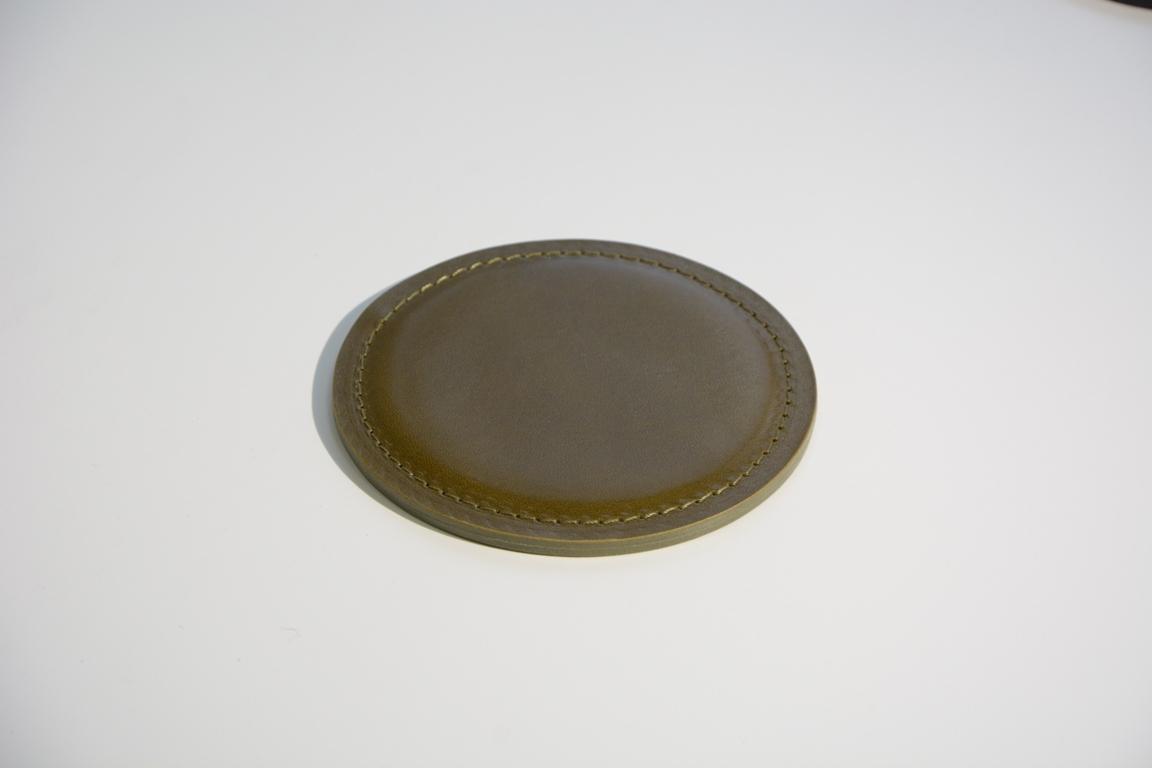 Кожаный костер как  подставка для стаканов и кружек.