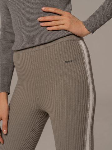 Женские брюки светло-серого цвета с контрастной полосой - фото 5