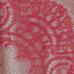 """Широкая французская лента """"Шантильи"""" с ажурным мотивом цвета фуксия на красном"""