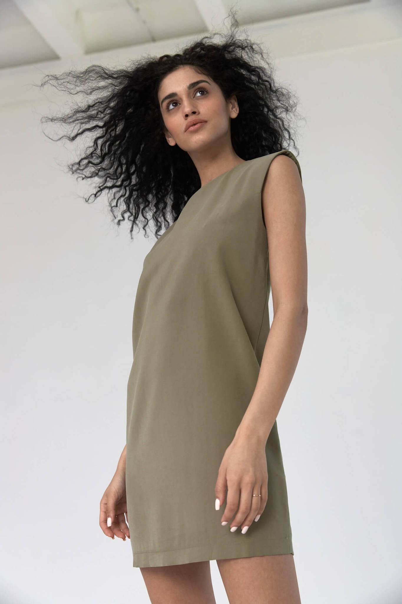 Платье-туника с акцентным плечом из тенсела, хакки