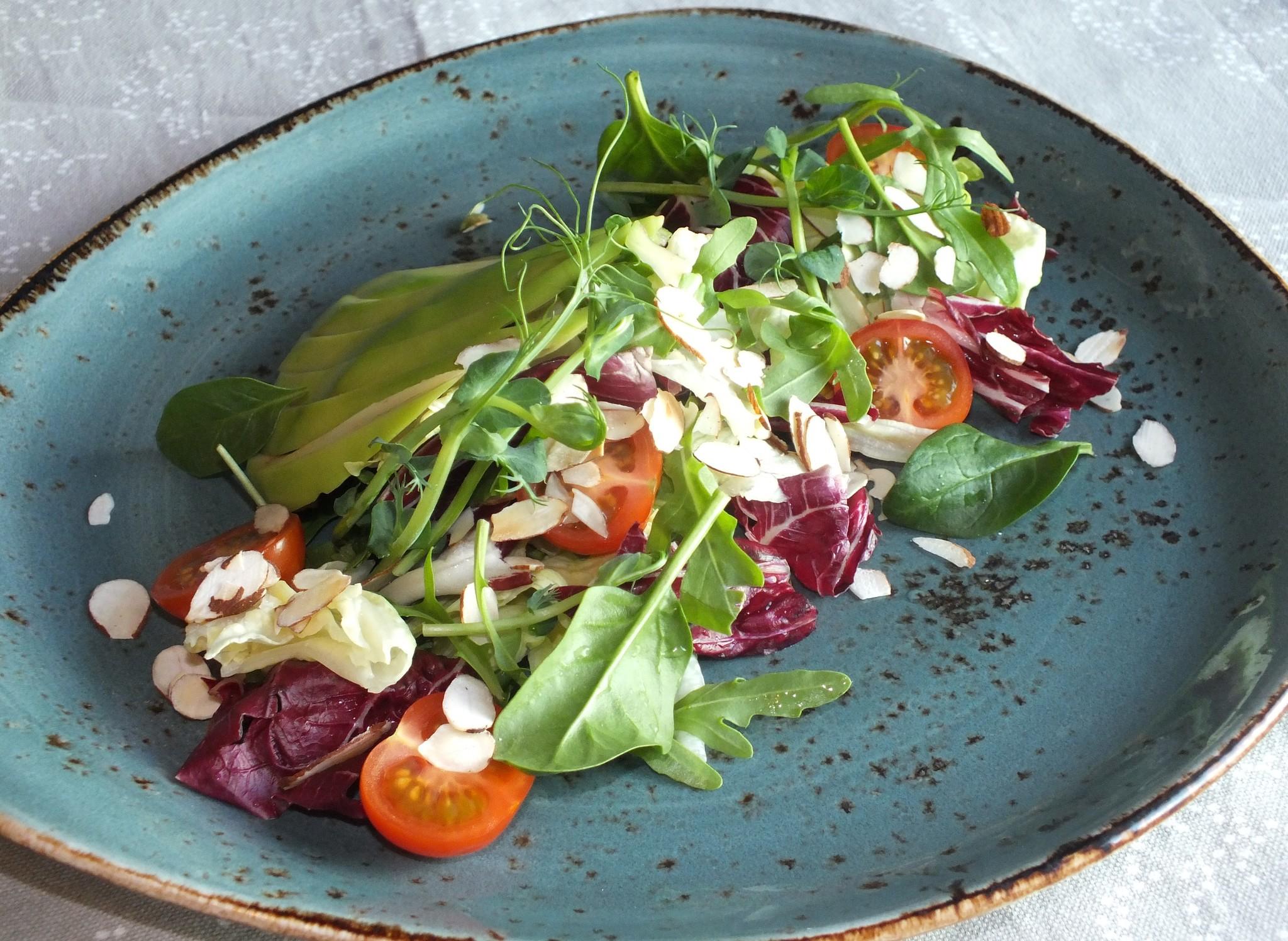 Зеленый салат с авокадо, томатами черри  и миндальными лепестками