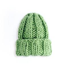 Шапка с отворотом крупной вязки зеленая