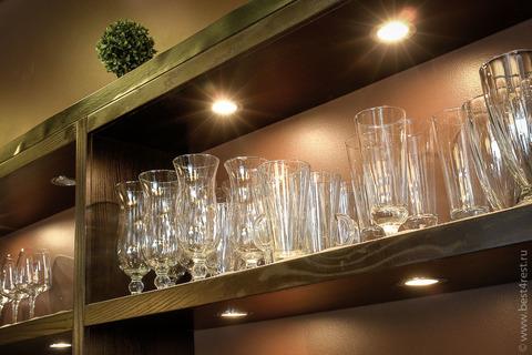 Полки для бутылок задней пристенной линии барной стойки с подсветкой.