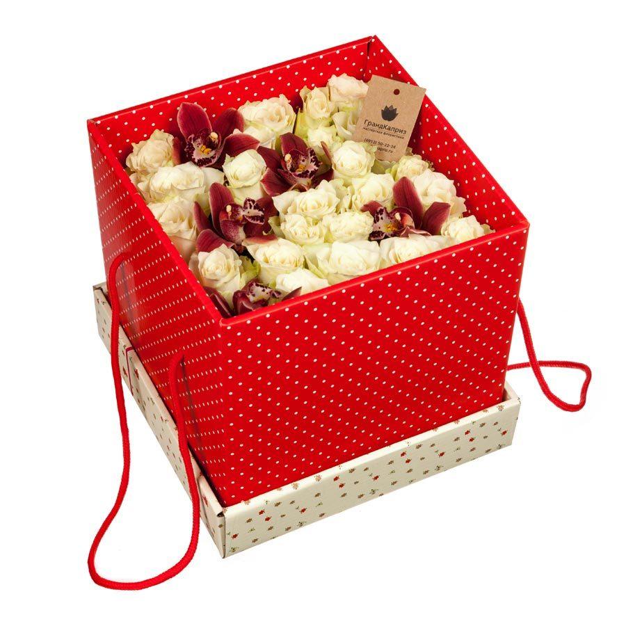 Коробка белых роз с орхидеями