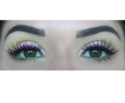 Зелёные линзы на черных глазах
