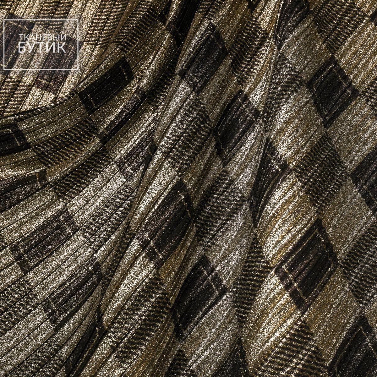 Мерцающее плиссе с геометрией чёрного цвета на приглушенно-золотом фоне