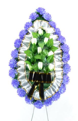 Венок украшенный цветами хризантем и роз