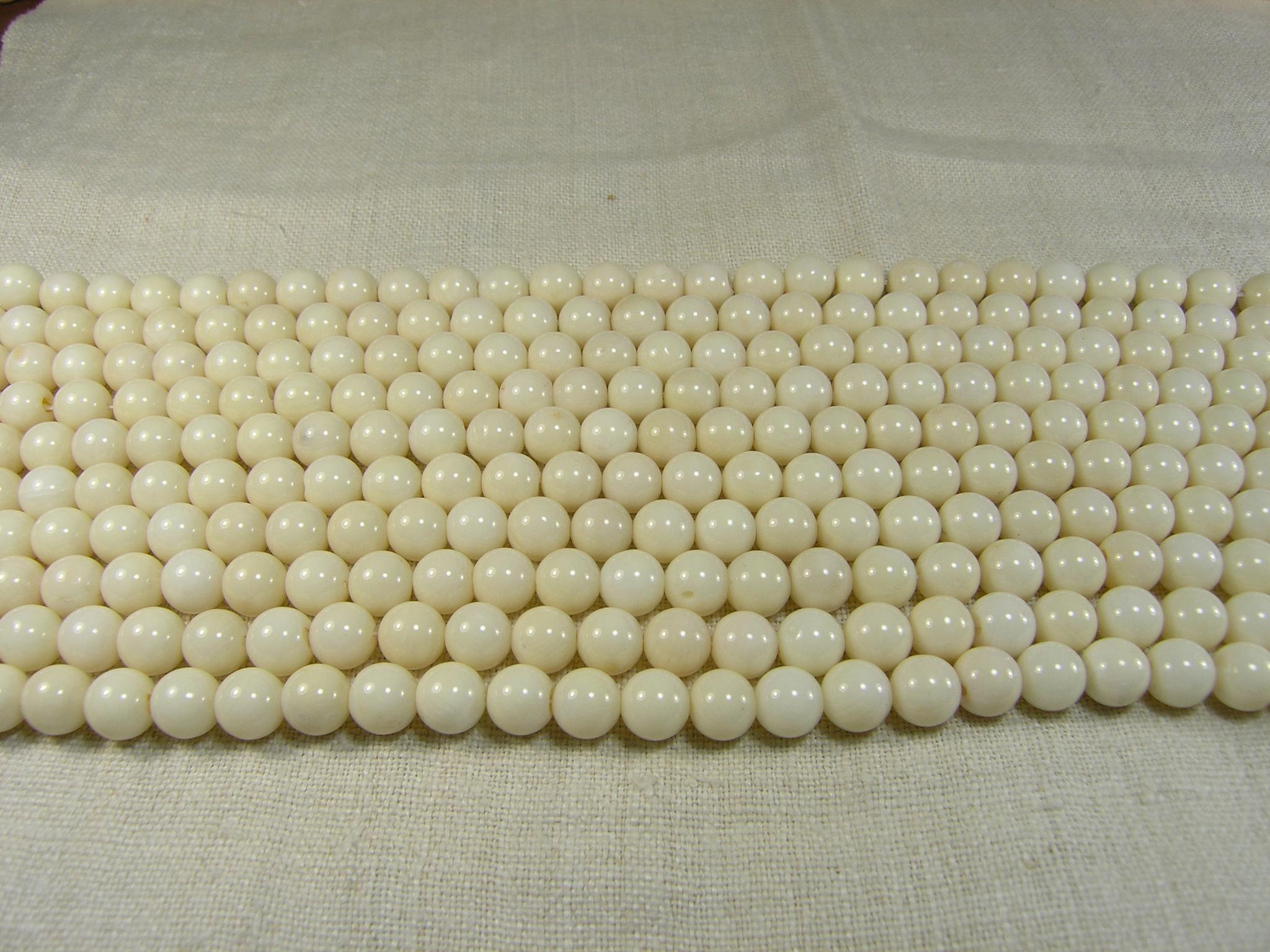 Нити бусин из коралла белого, шар гладкий 10мм (оптом)