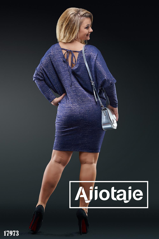 Платье темно-синего цвета с вырезом на спинке
