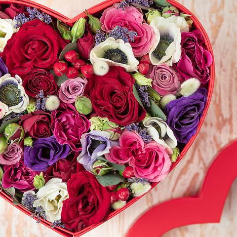 Двухъярусная коробочка в форме сердца с жвачкой LOVE IS и цветами