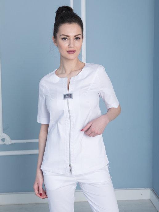 Стильная медицинская блуза в белом цвете и двумя карманами.