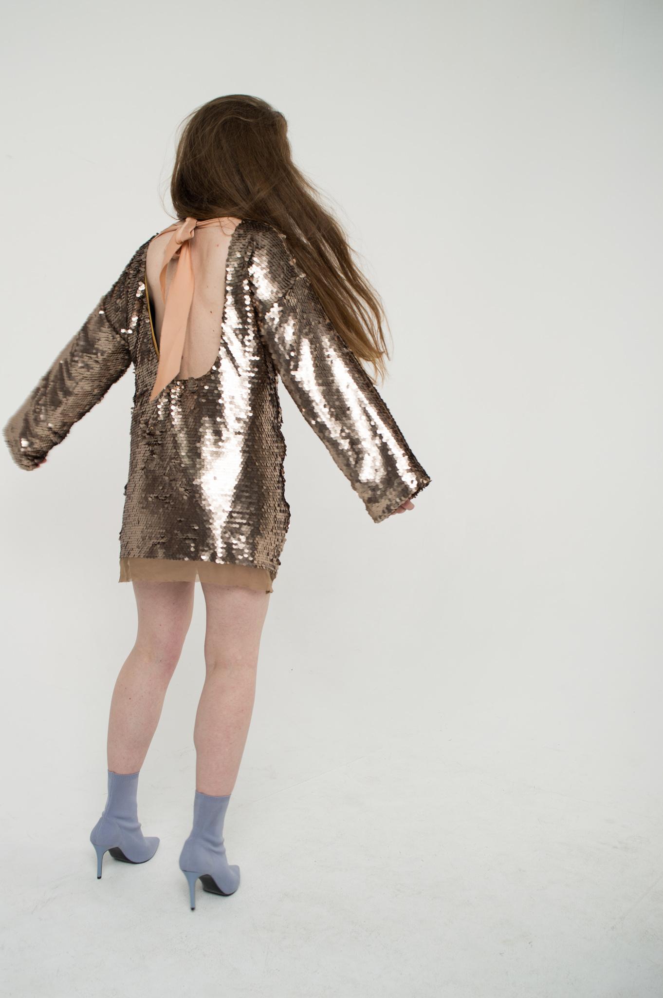 Платье в пайетки с открытой спиной