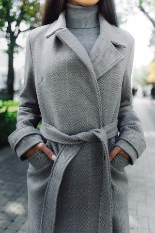 серое демисезонное пальто недорого