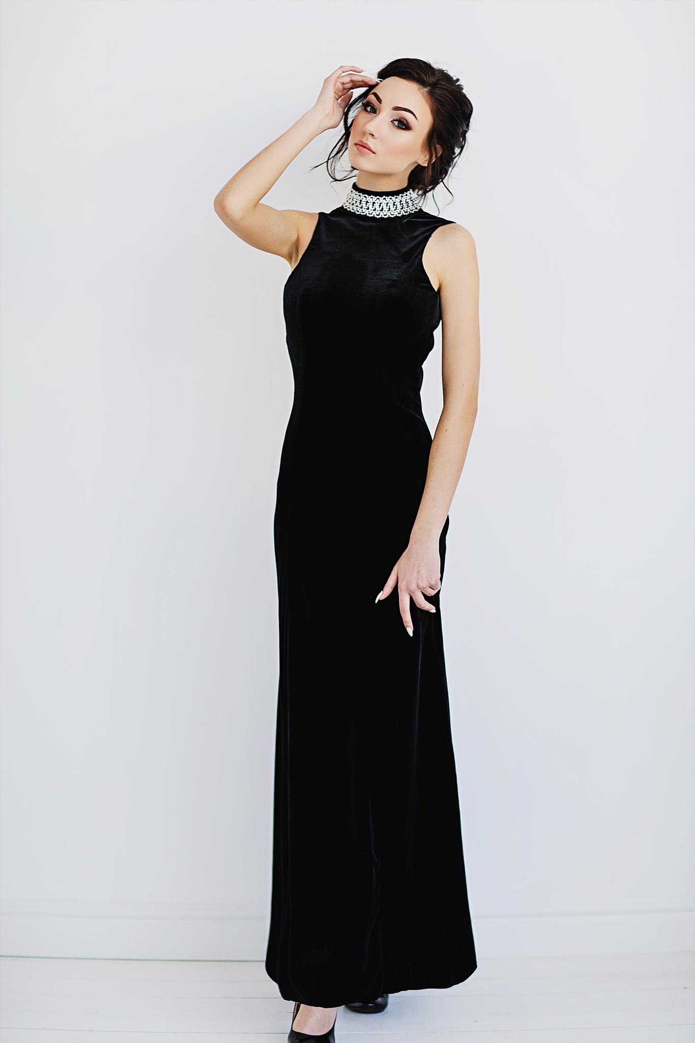 SR1017 Черное, бархатное платье, воротник  расшит бусинами,  длина  до пола