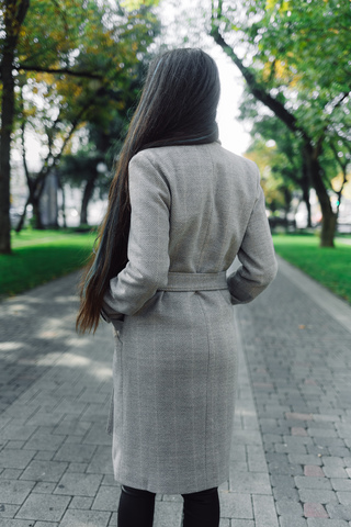 серое демисезонное пальто надя