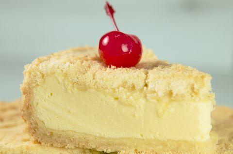 Пирог из творога без глютена с вишней