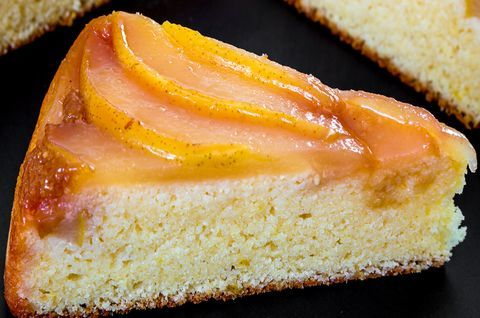 Политый карамелью и сиропом безглютеновый творожный пирог