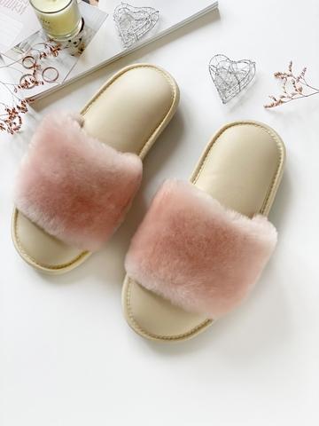 Меховые тапочки розовые с цельной шлейкой и стелькой из экокожи бежевой
