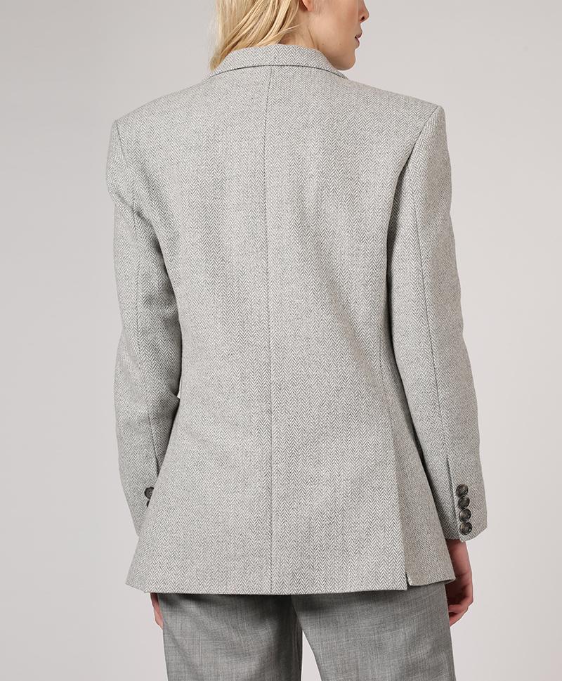 серый-пиджак-мужского-кроя-сзади