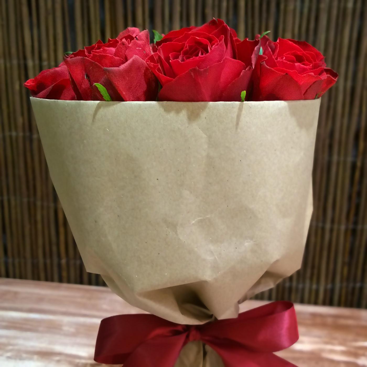 Букет-комплимент из 9 КРАСНЫХ роз в крафт-бумаге