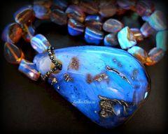 натуральный янтарь в ультрафиолете светится голубым цветом, фото