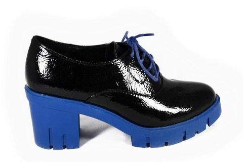 Лаковые черные ботильоны на синей подошве